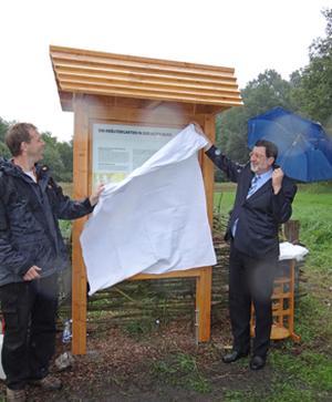 Dr. Jochen Brandt und Bürgermeister Jürgen Böhme enthüllen die Tafel